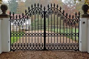 Metalowa brama metaloplastyka